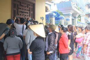 Hàng trăm người hâm mộ chờ từ sáng đón Anh Vũ ở chùa Ấn Quang