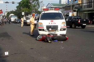 Đôi vợ chồng bị xe cấp cứu tông thương vong ở giao lộ