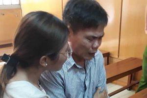 Cha giết mẹ trong cơn cuồng giận, con gái ôm cha khóc nức nở xin tòa giảm án