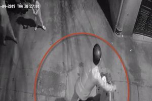Hà Nội: Hai bé gái 5 và 11 tuổi bị người đàn ông lạ dụ vào ngõ vắng để xâm hại