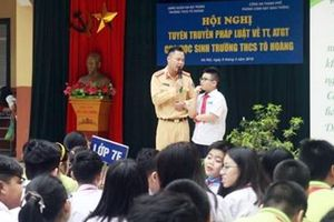 CSGT Hà Nội phối hợp cùng nhà trường tuyên truyền về TTATGT