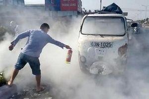 CSGT cùng người dân dập tắt đám cháy trên chiếc xe lam