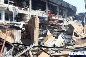 Xưởng đóng gói rau, củ quả ở TP.HCM cháy rụi, đổ sập