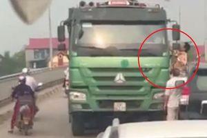CSGT đu bám xe 'hổ vồ' vi phạm luật giao thông lùi xe bỏ chạy