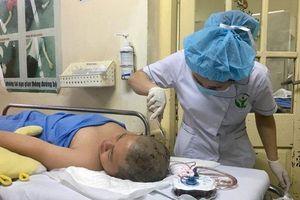 Học sinh bị thanh sắt đâm vào đầu được điều trị tại Bệnh viện Việt Đức