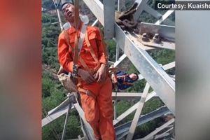 Thót tim những người thợ điện treo mình ngủ trưa ở độ cao 50 mét