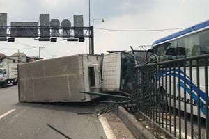 TP. HCM: Xe tải vấp 'ổ gà' trên Quốc lộ, lao sang đường gây tai nạn liên hoàn