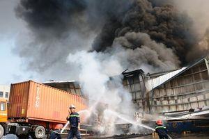 Cháy lớn tại kho chứa hàng ở Bình Dương