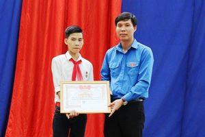 Trao tặng Huy hiệu 'Tuổi trẻ dũng cảm' cho học sinh Vũ Văn Hùng