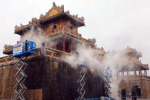 Huế: Sử dụng công nghệ hơi nước nóng làm sạch di tích cổng Ngọ Môn