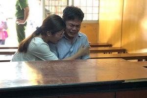 Con gái khóc nức nở nhìn cha bị tuyên án chung thân vì mang án giết mẹ