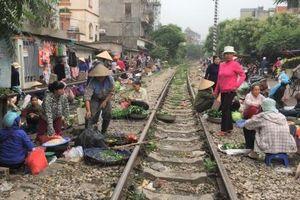 Quận Bắc Từ Liêm (TP.Hà Nội): Chợ đường tàu thách thức tử thần
