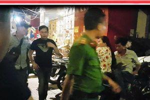 Khám xét karaoke XO xuyên đêm, Phúc XO được đưa lên xe đặc chủng