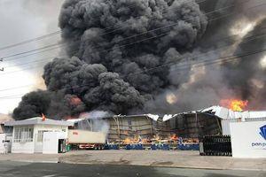Bình Dương: Cháy lớn ở khu công nghiệp, khói đen khổng lồ bốc cuồn cuộn