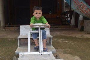 Không có tiền mua xe, ông bố tự chế tạo 'xế hộp' tặng con trai