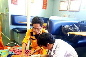 Quảng Nam: Hỗ trợ thuyền trưởng một tàu cá bị tai biến ở biển Hoàng Sa