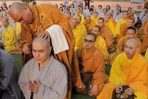 Lê Dương Bảo Lâm xuống tóc đi tu ở Ấn Độ sau lùm xùm cười cợt người da màu là 'con quỷ', 'cô hồn'