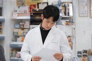 Jung Hae In hóa chàng dược sĩ vô cùng điển trai, sẵn sàng chinh phục khán giả trong 'Spring Night' cùng Han Ji Min