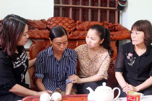 Hội LHPN Bắc Ninh thăm hỏi, hỗ trợ gia đình cháu bé qua đời vì chó cắn