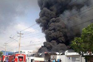 Bình Dương: Lực lượng chức năng đang khống chế đám cháy cực lớn trong khu công nghiệp Sóng Thần 2