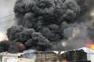 Cháy lớn ở khu công nghiệp Sóng Thần 2, nhiều người chạy toán loạn