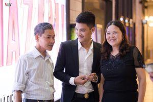 Mạc Văn Khoa cùng bố mẹ tham dự lễ ra mắt phim Lật mặt