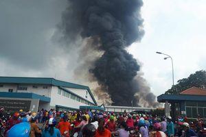 Cháy dữ dội trong khu công nghiệp Sóng Thần, khói cuộn cả chục mét