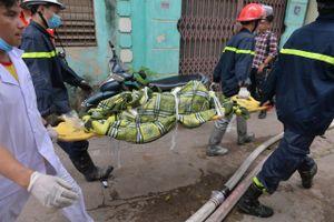 Cảnh sát liên tục đưa thi thể nạn nhân vụ cháy nhà xưởng ra ngoài