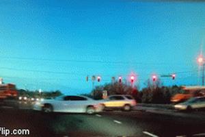 Container vượt đèn đỏ, hất tung xe chở học sinh