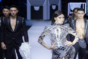 Võ Hoàng Yến, Minh Tú 'quét sạch' sàn diễn Vietnam International Fashion Week 2019