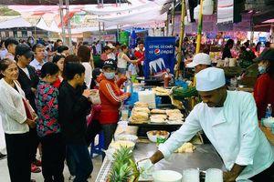 Hàng ngàn người đến thưởng thức Bánh dân gian Nam bộ