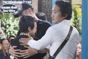 Việt Hương ôm Leon Vũ khóc nức nở trong đám tang Anh Vũ