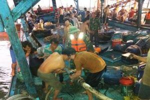 Va vào đá ngầm, 51 thuyền viên gặp nạn trên biển