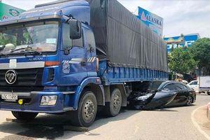 Tài xế xe ô tô 4 chỗ thoát chết khi bị xe tải cuốn vào gầm
