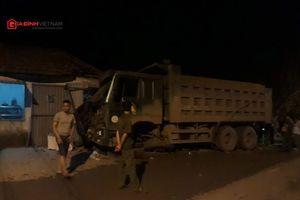 Kinh hoàng vụ xe 'hổ vồ' lao vào nhà dân trong đêm tối ở Quảng Ninh