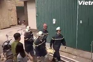 Đưa thi thể nạn nhân ra khỏi hiện trường vụ cháy Nam Từ Liêm
