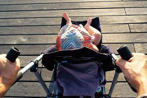 Băn khoăn chuyện tắm nắng cho trẻ sơ sinh
