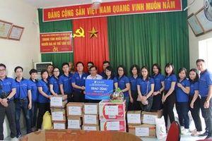 VinaPhone tặng quà cho người già và trẻ em tại huyện Ba Vì