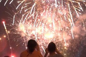 Clip: Hàng nghìn người đội mưa phùn xem bắn pháo hoa ở Lễ hội Đền Hùng 2019