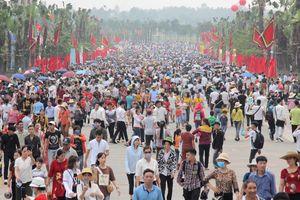 Hàng vạn người dân đổ về đền Hùng trước ngày chính lễ
