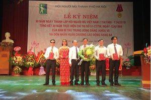 AIC Group tặng điện thoại '9999 hy vọng', giúp người khiếm thị 'nhìn thấy cả thế giới'