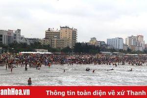 Bãi biển Sầm Sơn đặc kín người trước giờ khai mạc