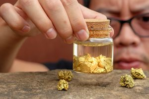 Giá vàng hôm nay ngày 13/4: Trong nước giảm 30.000 đồng/lượng