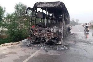 Xe giường nằm cháy trơ khung, 30 hành khách may mắn thoát nạn