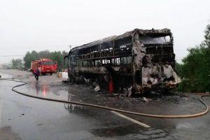 Ô tô giường nằm chở 30 người bất ngờ bốc cháy dữ dội thiêu rụi toàn bộ khung xe