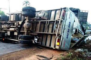 Xe tải nổ lốp 'phơi bụng' giữa đường, tài xế may mắn chỉ bị thương nhẹ