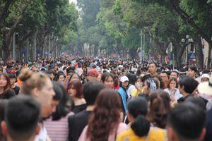 Phố đi bộ Hồ Gươm đặc kín người trong ngày nghỉ lễ giỗ Tổ Hùng Vương