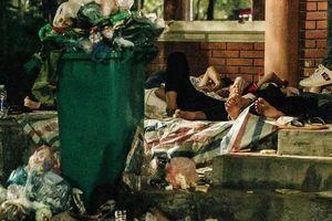 Bức xúc với hành vi phản cảm nơi linh thiêng: Xả rác, diện váy ngắn quần cộc