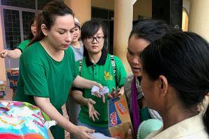 Mừng tuổi mới, Phi Nhung đưa các con về quê làm từ thiện