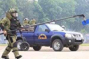 Cảnh sát đặc nhiệm diễn tập tình huống xử lý bom, mìn, đánh bắt khủng bố